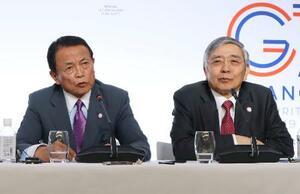 G7財務相・中央銀行総裁会議の閉幕後に記者会見する麻生財務相(左)と日銀の黒田総裁=18日、フランス・シャンティイ(共同)