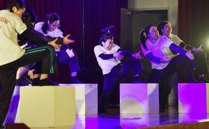 城北中2年生の前で、明治維新をテーマに熱演した佐賀東高演技劇部=佐賀市の城北中