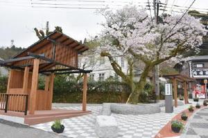 新設された古湯温泉郷の広場=佐賀市富士町