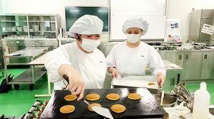 どら焼きの生地を試作する前田晶子さん(左)と柴田ありささん(提供写真)