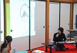 山田全自動さんが描く画面が襖に映し出される