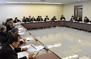 九州電力から使用済み核燃料の乾式貯蔵について説明を受けた伊万里市議会=同議会