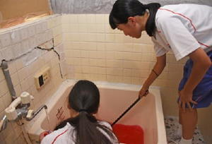 お化け屋敷制作の準備に励むボランティアの中学生たち=佐賀市唐人町のTOJIN茶屋裏の空き家