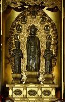 2015年4月、御開帳で姿を現した善光寺の前立本尊=長野市