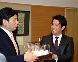 特殊な農法で栽培したトマトを山口祥義知事(左)に紹介するアグリッシュの吉田章記社長=佐賀県庁