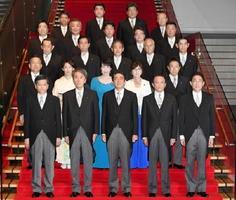 第3次安倍再改造内閣の初閣議を終え、記念写真に納まる安倍首相(前列中央)と閣僚ら=3日夜、首相官邸