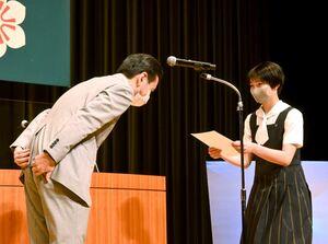 山口祥義知事(左)から認定証を受け取る選手=佐賀市のアバンセ