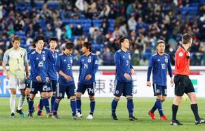 サッカーの国際親善試合で、コロンビア代表に敗れた香川(右から2人目)ら日本イレブン=22日、横浜市の日産スタジアム