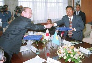 調印するパラオ大統領と佐古学長(左)