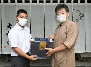 のりを提供した県有明海漁協青年部の蒲原謙一部長(左)と旅館大和屋の山口勝也さん=佐賀市の同旅館
