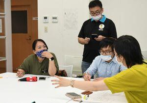 災害情報を翻訳し、多言語で発信する方法を学ぶ勉強会=佐賀市の県国際交流プラザ
