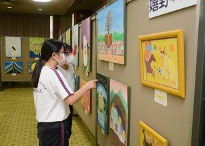 中学美術部員の力作が並ぶ会場=武雄市文化会館