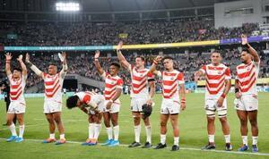 ラグビーW杯日本大会の開幕戦で松島(左から4人目)の3トライなどでロシアに勝利し、観客の声援に応える日本フィフティーン=20日、東京都調布市の味の素スタジアム