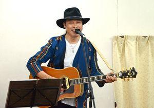 「いい湯だな」などで盛り上がった大須賀ひできさんのライブ=伊万里市の栄町公民館