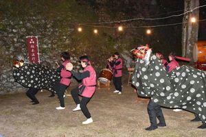 恒例の年越し太鼓で獅子舞が初披露された=伊万里市波多津町の田島神社