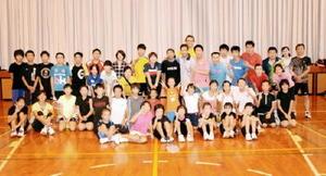 初めてバドミントンで交流した韓国・釜山と武雄市の愛好者たち=武雄市の北方スポーツセンター