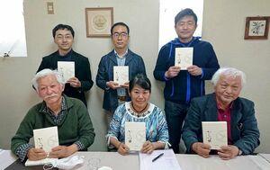 からつ塾16年間の活動をまとめた本を発刊した運営委員会の森川律子代表(前列中央)と大部分の執筆を担った大嶋仁さん(前列左)=唐津市の喫茶店「檸檬樹」(提供)