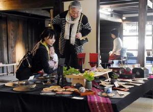 飾り盆やフェルトで作られたえとのマスコットなど約400点が並ぶ展示会=佐賀市柳町の旧牛島家