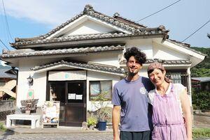 「気軽に立ち寄って」と呼び掛けるカロジェ・ステファンさんと妻の船津丸有紀さん=佐賀市富士町の古湯マーケット望屋