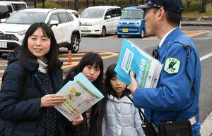 ドライバーらに「あおり運転撲滅」を呼び掛けるチラシなどを配布する関係者=佐賀市の金立SA
