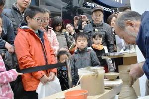 日本の魅力をアピールするイベントで披露された有田焼の実演=25日、北京(共同)