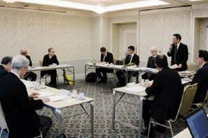 懇談会では、公正取引委員会と県内の経済団体や報道機関の代表らが意見交換した=佐賀市のグランデはがくれ