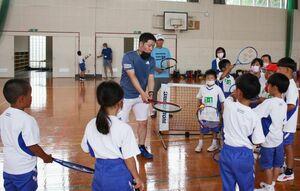 ラケットを手にしてテニスの基本を学ぶ子どもたち