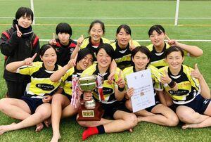 第8回九州高校選抜セブンスラグビー大会で優勝した佐賀ウイメンズラグビーフットボールクラブ=福岡県営春日公園球技場(提供)