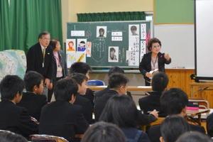 いじめをなくすためにできることを生徒たちとともに考える人権擁護委員の牟田恭子さん(右奥)=唐津市の高峰中学校