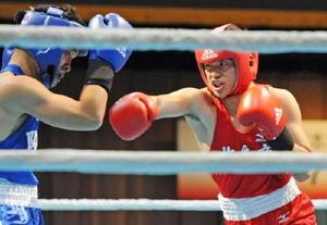 ボクシング少年男子ウエルター級準決勝 力強い右ストレートを放つ成富丈一郎(杵島商高)=岩手県の水沢体育館