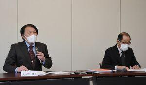 提訴を受け、会見に臨む西九州大の久木野憲司学長(左)ら=神埼市の同大
