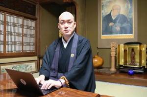 インターネットサイト「hasunoha」の共同代表・井上広法さん=宇都宮市の光琳寺