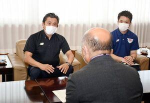 市の経済的支援に感謝を伝えようと、橋本康志市長を訪問した竹原稔社長(左)=鳥栖市役所