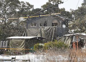 陸自ヘリ墜落事故から1週間。雪が降り積もる墜落現場の民家=12日午前9時41分、神埼市千代田町