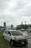 佐賀豪雨で浸水して動けなくなった車。今回、「車で移動中」に被害に遭って犠牲になった人もいた=昨年8月28日、武雄市武雄町の国道34号