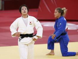 女子52キロ級準決勝でイタリア選手(右)から技ありを奪い決勝進出を決めた阿部詩=日本武道館