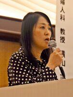 講演する医師でジャーナリストの村中璃子さん=佐賀市神野東のホテルマリターレ創世