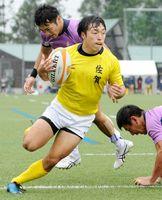 予選リーグ・佐賀-東京 前半、鋭いステップで相手をかわし、先制のトライを決める堤英登=愛媛県の久万高原町ラグビー場