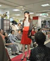 ちりめんを使った鮮やかなドレスや服に、多くの人が魅了された=佐賀市の佐賀玉屋