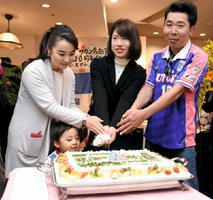 サガン鳥栖の20歳の誕生日を祝うケーキをカットするサポーターら=鳥栖市のホテルビアントス