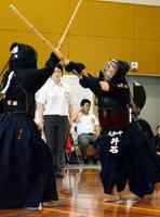 剣道女子個人決勝 積極果敢に攻める大和の井石優菜(右)=上峰中体育館