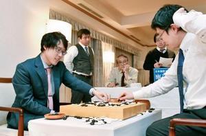 山下敬吾九段(右)に勝利し対局を振り返る井山裕太天元=19日午後、徳島市