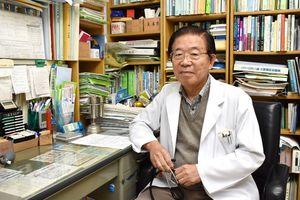 日本医師会の「赤ひげ大賞」を受賞した水上忠弘医師。パソコンは使わないので診察机の周りは雑然としている=伊万里市山代町の水上医院