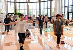 開眼片足立ちでバランス感覚を測る参加者たち=武雄市役所