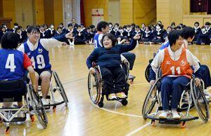 八島京子さん(中央)や山口祥義知事(中央奥)と共に車いすバスケットを体験する生徒たち=佐賀市の佐賀清和高