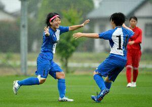 サッカー女子決勝・神埼-佐賀女子 後半24分、先制点を決めて喜ぶFW古賀暉彩(左)=佐賀市健康運動センター
