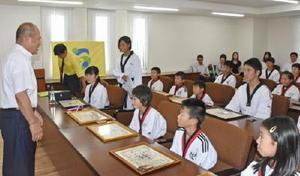 激励する秀島市長(左)と上位入賞した選手たち=佐賀市役所