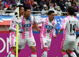 鳥栖―F東京 前半4分、鳥栖FW豊田(11)がPKで先制ゴールを決め、チームメートと喜ぶ=東京都の味の素スタジアム