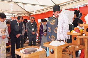 和裁士ら約30人が針への感謝と針仕事の上達を願った=佐賀市松原の松原神社