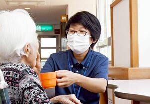 入所者のケアをする介護福祉士のユユカイさん=太良町の介護老人保健施設「ふるさとの森」